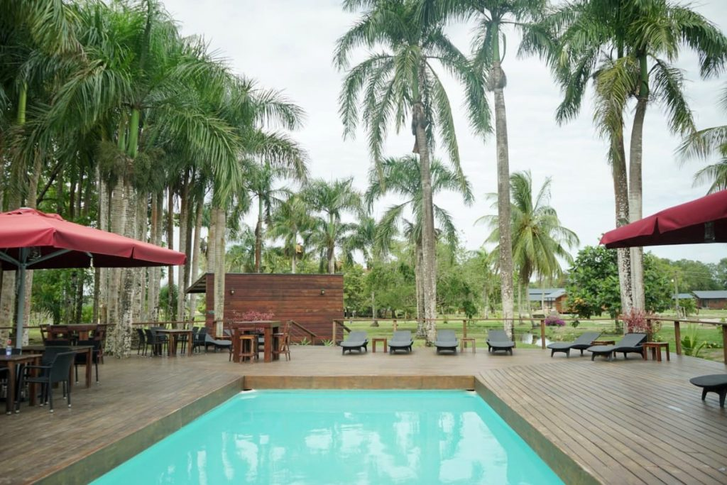 zwembad bij frederiksdorp in suriname