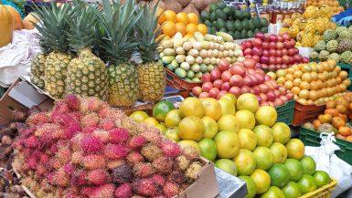 gekleurd fruit op een markt in bogota