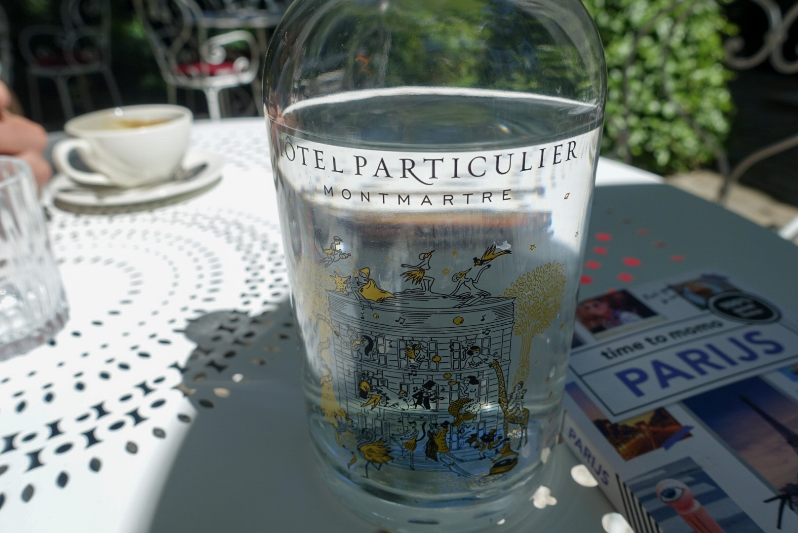 Parijs Hotel Particulier Montmartre fles water reisgids