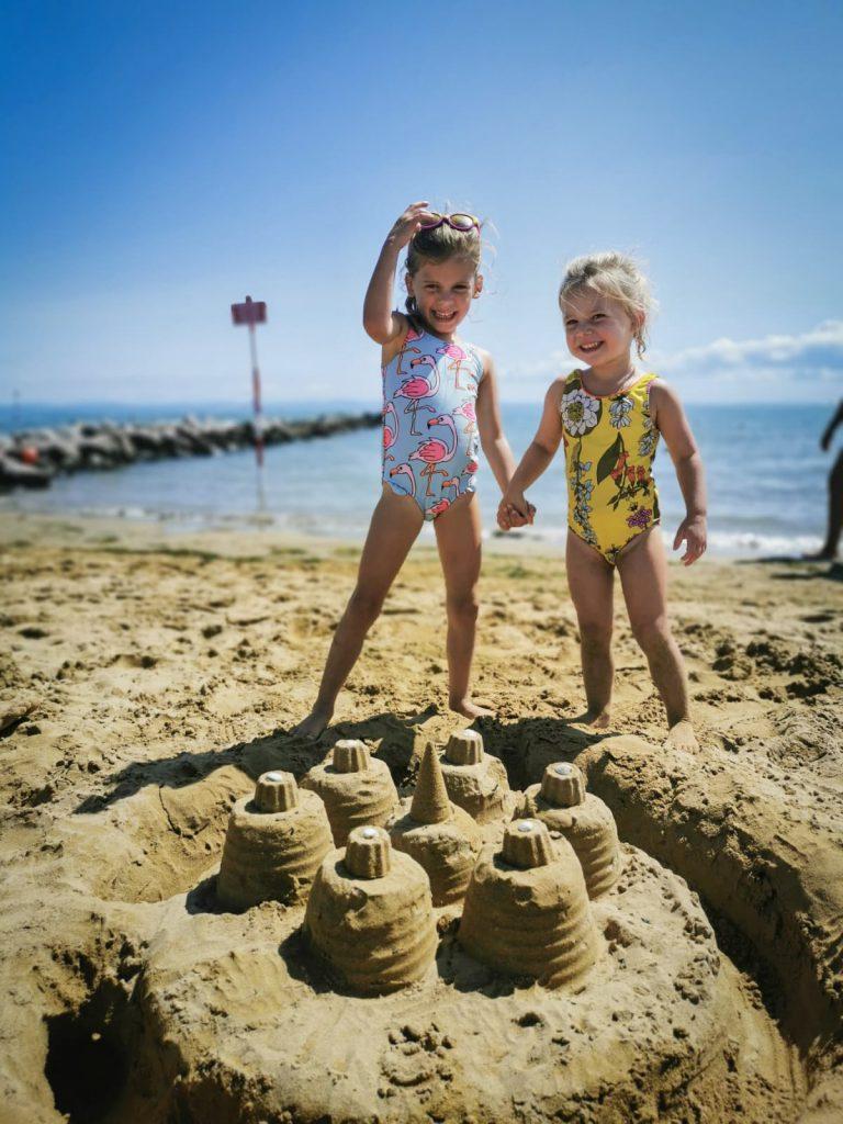 2 kinderen spelen op het strand homeexchange