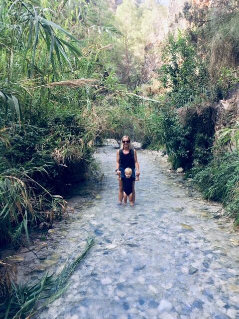 el chillar vrouw met kind wandelen
