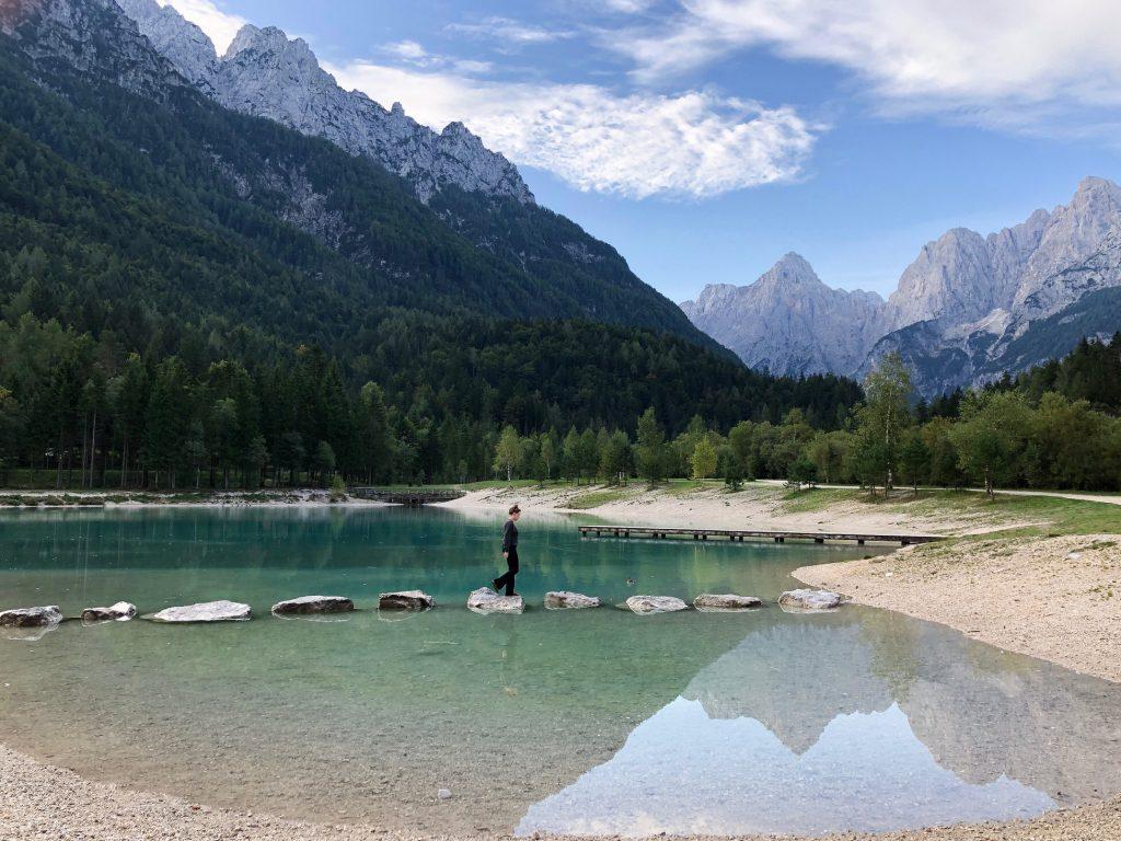 Lake Jasna Slovenië vrouw uitzicht