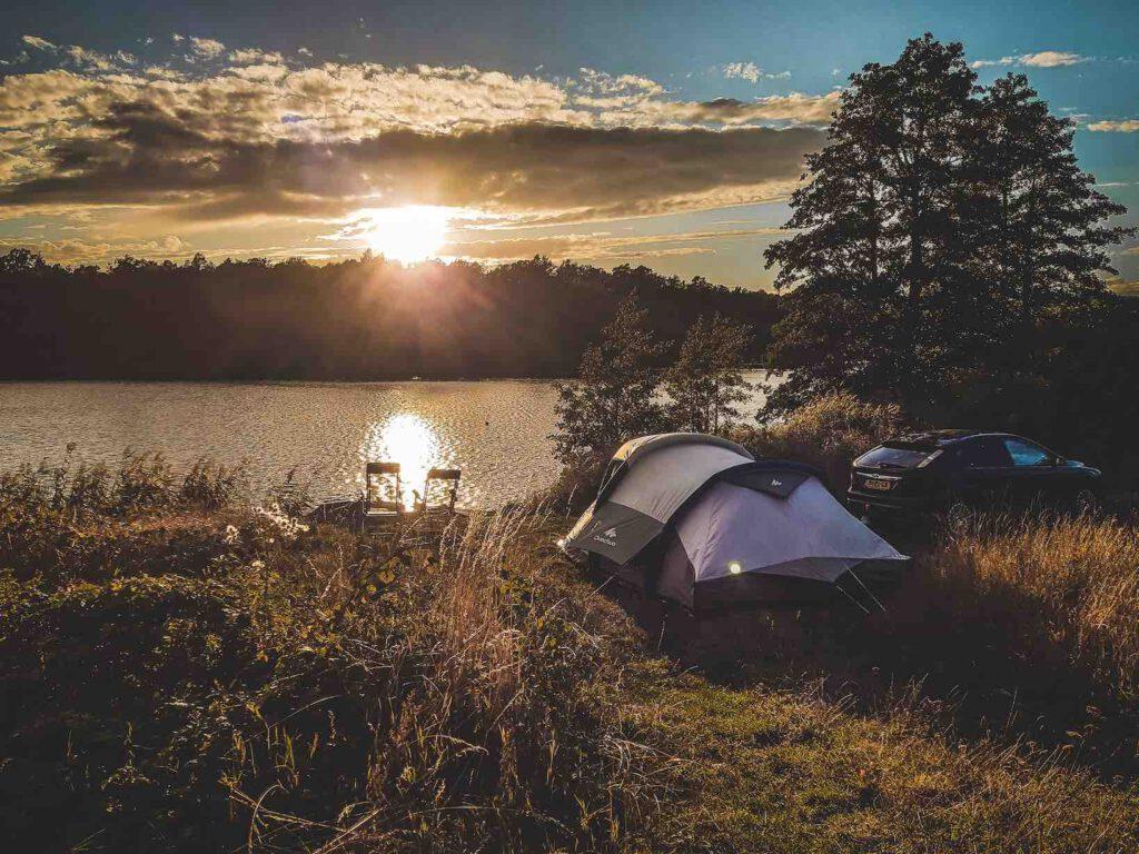 Wildkamperen in Zweden aan het water